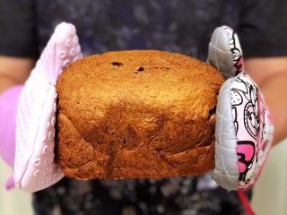 黑醋栗全麦吐司(面包机版),烘烤结束后马上晃动取出。