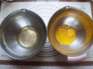 蔓越莓蒸蛋糕,将蛋清和蛋黄分开打到两个干净无水无油的盆里