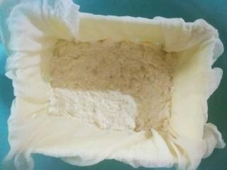 自制豆腐,再把豆腐脑舀到豆腐模具里面