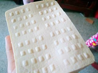 自制豆腐,豆腐从模具里拿出来豆腐就做好了,是不是很漂亮啊?
