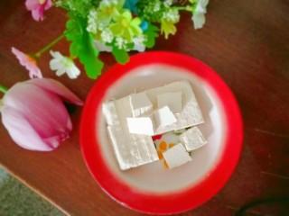 自制豆腐,质地嫩滑,真正的豆腐,自己做的吃得才放心,可以拿来煮汤,可以拿来煎炸都可以,现做现吃那才新鲜好吃