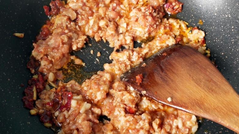 毛豆米肉酱拌面,放入肉沫翻炒。
