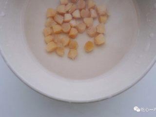 经典潮汕菜|砂锅粥,干贝同样取少量,泡水备用;