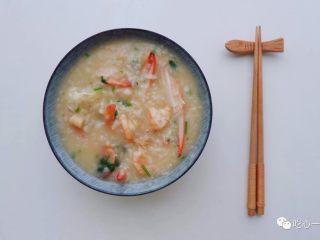 经典潮汕菜|砂锅粥,常见的潮汕砂锅粥,除了虾蟹组合,可根据个人喜好调整食材。海鲜的搭配有多种组合:虾+白贝;蟹+白贝;虾+鲜鱿鱼等。虾与蟹煮粥自带甜味,因此砂锅粥的主料最好有虾或蟹,再搭配其它食材。
