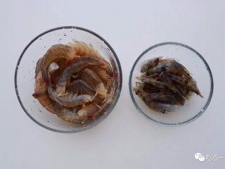 经典潮汕菜|砂锅粥,挑出虾线后,去虾头,虾头留着炸虾油。锅里放油,放入虾头油炸至虾头完全变红,虾的香味都留存在这里头了。虾肉则用少量料酒腌制。