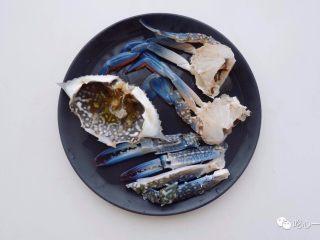经典潮汕菜|砂锅粥,梭子蟹清洗干净后,掰开蟹壳,去掉里面不能吃的东西(忘了拍图),将蟹对半切开。用刀背敲碎大钳子,敲碎的好处是煮熟后大钳子吃起来更方便,而且蟹味能在粥里入味三分。