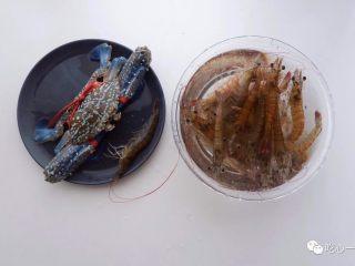 经典潮汕菜|砂锅粥,去市场挑选食材。虾要挑在水里活蹦乱跳的那些,蟹也要挑活的膏蟹或肉蟹,但我们家楼下的菜市场只能买到这种梭子蟹(肉一点也不肥)。