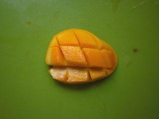 夏天解暑圣品-杨枝甘露,将芒果沿着核对半切开,然后划上井字纹,用勺子把果肉挖出,留一部分芒果丁作为最后的装饰,其他的放进料理机里面打成芒果泥。这个季节小台芒很适合,芒果味浓,又甜纤维又少。