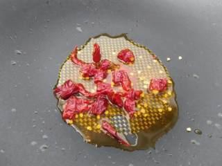 麻婆豆腐,豆腐切成1.2或1.5cm的正方形,置入淡盐水中烫熟备用。(此步骤必不可省,豆腐烫熟才会有浓郁豆香味)杏鲍菇切细末备用。 乾辣椒切成小段。 老姜切末。锅中放入菜籽油,小火煸辣椒乾至明亮红色,捞出辣椒乾备用。