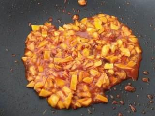 麻婆豆腐,下辣豆瓣酱或韩式辣酱一大匙炒出辣香味,如果太浓稠可以加少许水,方便炒开