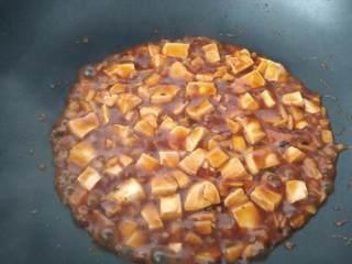麻婆豆腐,把调好的芡汁分三次勾芡,每一次都要确实收乾水份才进行下一次勾芡。这样的勾芡法,不会回水,能将酱料紧紧地裹住豆腐。