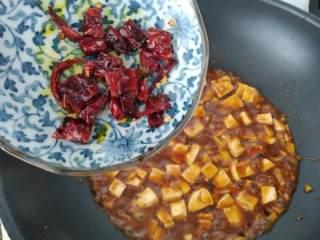 麻婆豆腐,起锅前加入爆香过的辣椒乾,拌匀就可以盛盘囉! (这样做比较不会辣,稍微会吃辣的小孩也能吃)