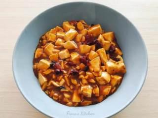 麻婆豆腐,曾经试过用自製的素肉燥去炒麻婆豆腐,对於它的味道,感想是太五味杂陈了,因為素肉燥的酱油味重,直接抢掉辣豆瓣酱的味道。