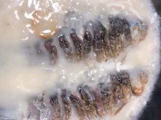 鲫鱼菌菇汤,小火炖十五分钟左右,汤汁浓白