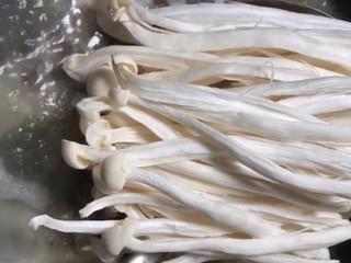 鲫鱼菌菇汤,再放入提前洗干净的白玉菇