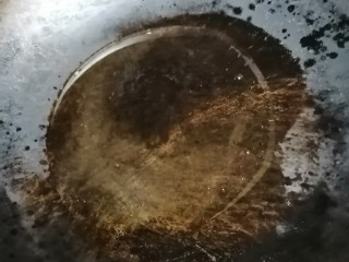 木耳丝炒排骨,开火加热锅,倒油