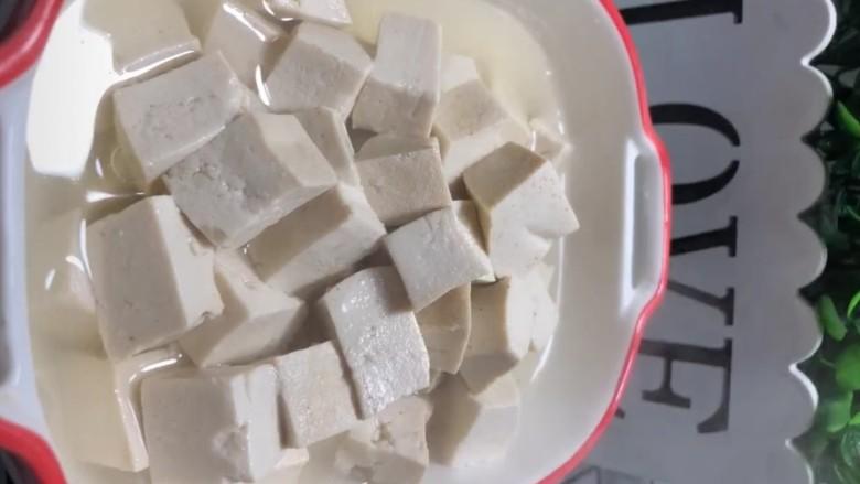 酸辣豆腐,煮熟的豆腐捞出加点汤