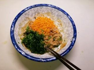 蔬菜肉蛋肠,放入2种蔬菜 搅拌均匀