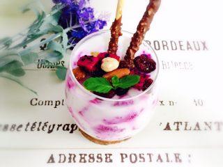 火龙果酸奶杯,插入两根装饰饼干,薄荷叶点缀