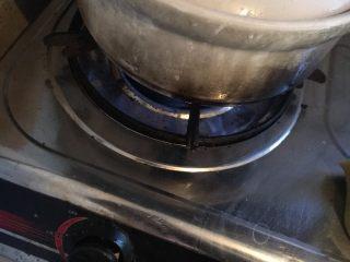 乌鸡汤,大火烧开,转中火煮2个小时