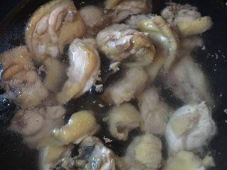 乌鸡汤,鸡洗净,水烧开加入两勺料酒把乌鸡焯水