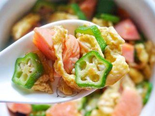 秋葵炒鸡蛋,出锅即可。