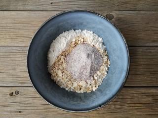 红糖核桃馒头,将400克面粉,50克燕麦和100克黑全麦粉混合均匀。