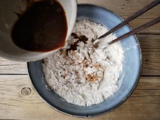红糖核桃馒头,将红糖酵母水少量多次加入面粉中,搅拌成雪花状。