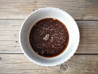 红糖核桃馒头,将5克酵母粉和50克红糖放在碗中,加255克温水,搅拌至酵母粉和红糖融解。