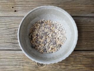 红糖核桃馒头,在核桃仁中加10克红糖和7克面粉混合均匀做填料。