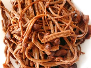 茶树菇炖翻鸭,泡好的茶树菇去根,用开水焯一下洗干净备用
