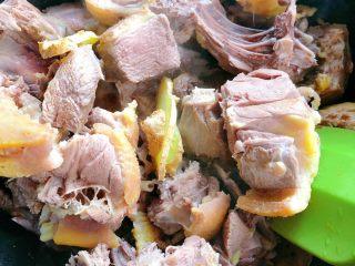 茶树菇炖翻鸭,放入姜片炒香