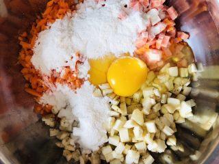 香煎茄子什锦饼,再打入两颗鸡蛋,倒入两勺面粉,再加适量食盐。