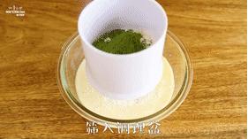 【抹茶毛巾卷】抹茶控的小确幸,倒入牛奶,筛入低筋面粉和抹茶粉,搅拌均匀