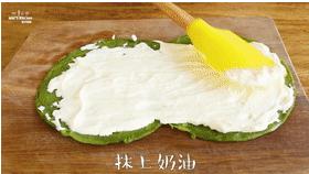 【抹茶毛巾卷】抹茶控的小确幸,放于砧板上放平,抹上打发的奶油,撒上草莓粒