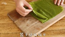 【抹茶毛巾卷】抹茶控的小确幸,置于砧板上铺平。
