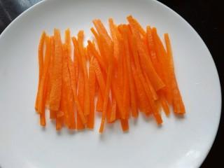 刀豆炒肉丝,胡萝卜切成丝备用