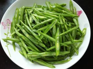 刀豆炒肉丝,将刀豆切成丝备用,这样可以使刀豆更入味