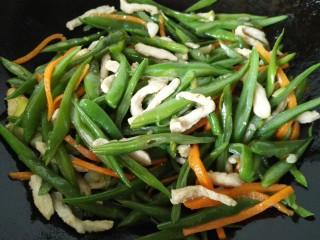 刀豆炒肉丝,最后放入肉丝一同翻炒,炒至入味即可出锅