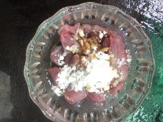 丝瓜鸡蛋瘦肉汤,把猪肉、蒜蓉放进碗里,加入适量的油、盐、酱油、玉米定粉