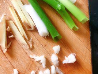 麻辣鸡脖,蒜切碎,姜切丝,葱切成段