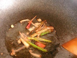 麻辣鸡脖,葱姜蒜小火编出香味,大概编到这个程度