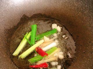 麻辣鸡脖,锅里倒入食用油,将葱姜蒜放里,炒香
