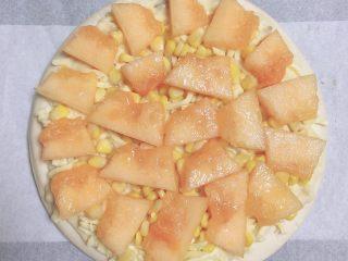 蜜瓜蔬果披萨,再放上一层哈密瓜片。