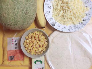 蜜瓜蔬果披萨,准备好食材。哈密瓜、披萨饼底、玉米粒、香蕉、奶黄馅、淡奶油、芝士碎。