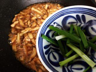 双菇鸡丝,待锅内汤汁差不多收紧,加入小葱,翻炒均匀即可