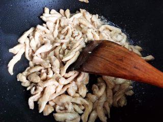 双菇鸡丝,翻炒均匀