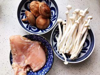 双菇鸡丝,首先我们准备好所有食材(小葱忘拍了,抱歉哈)