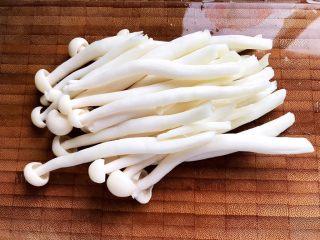 双菇鸡丝,白玉菇去蒂洗净