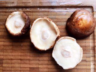双菇鸡丝,鲜香菇去蒂洗净,轻轻挤干水分